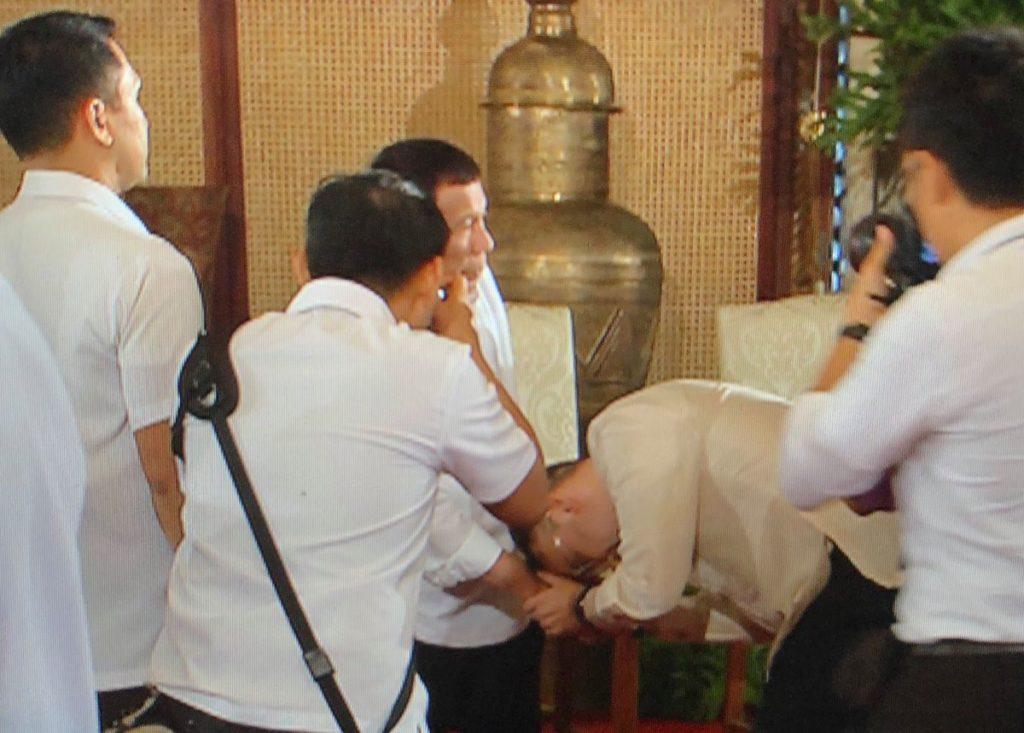 Alan Peter Cayetano bowing to Rodrigo Duterte